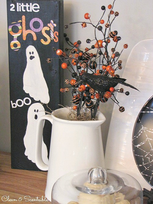 These footprint ghosts are so cute and a great keepsake for years to come! // cleanandscentsible.com