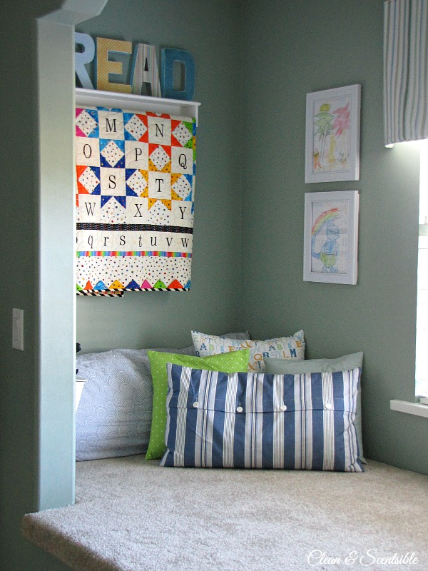 Such a cute reading nook space! // cleanandscentsible.com