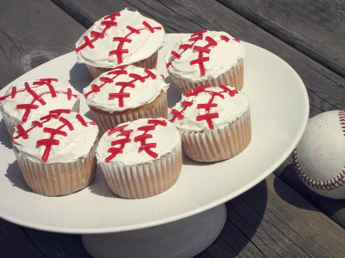 Easy to make baseball cupcakes.   Perfect for post game treats!  // cleanandscentsible.com