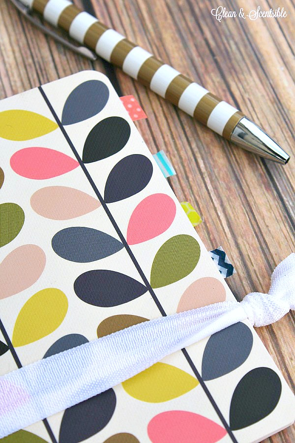 Comment se tenir organisé avec un cahier. Petit cahier avec séparateurs de ruban washi.