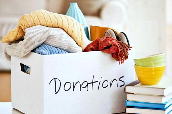 Comment s'organiser. Boîte de dons remplie d'articles ménagers à donner.