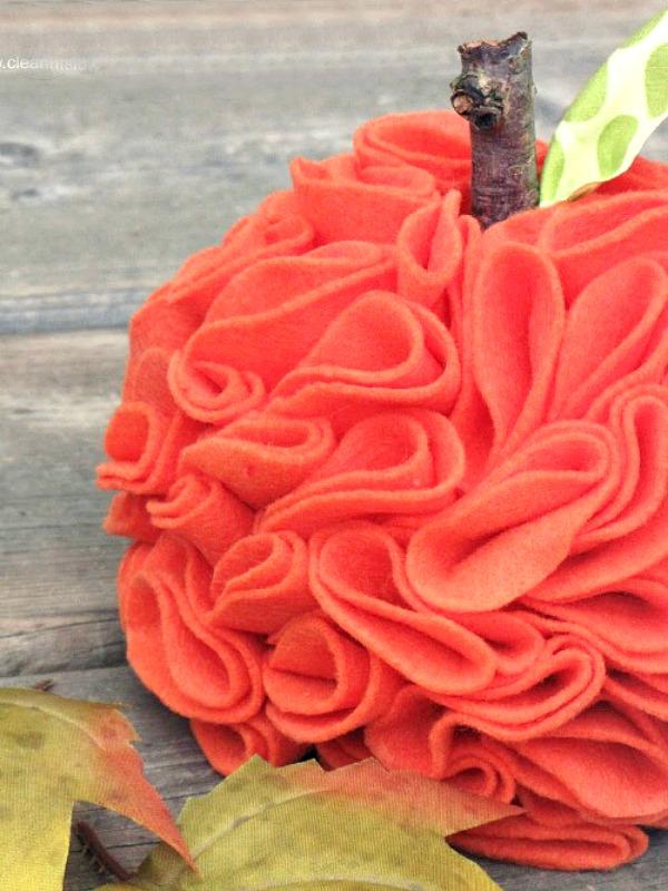 Cute ruffled felt pumpkin with DIY tutorial.