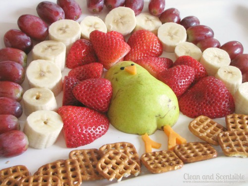 This fruit turkey platter is the perfect addition to the Thanksgiving dessert table and is even better with a chocolate fondue! #Thanksgiviing