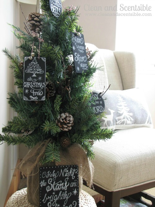 Chalkboard art Christmas ornaments. I love these!