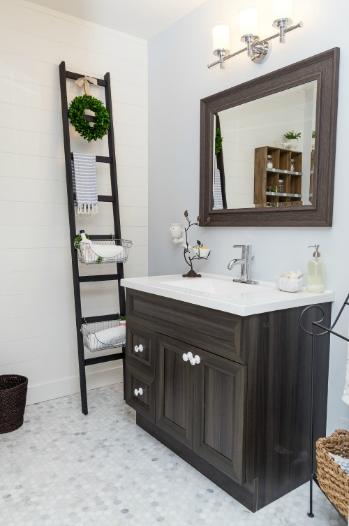 This easy DIY storage ladder is such a great idea for adding extra storage space in a small bathroom or any other space!