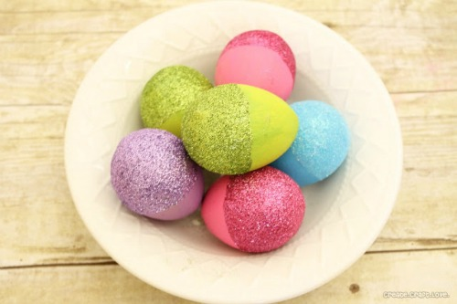 Creative and simple ways to decorate Easter eggs!  //cleanandscentsible.com