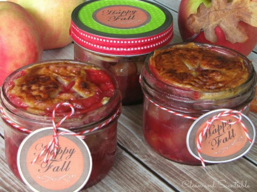 Love these mini apple pies!  The mason jars look so cute! {free printables included}