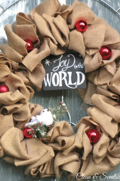 Quick and easy burlap Christmas wreath. This would be so easy to change up for other seasons as well!
