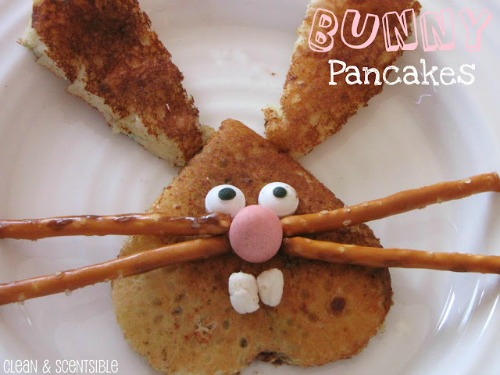 These Easter bunny pancakes are so cute and would be really easy to make!