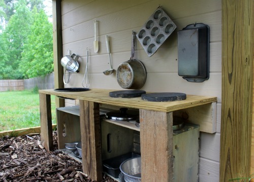 This outdoor play kitchen is so cute!  Lots of other summer projects too!