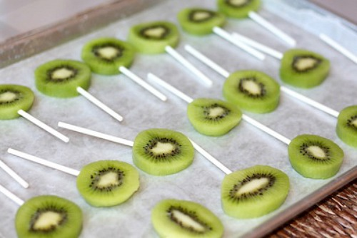 sliced kiwi on popsicle sticks