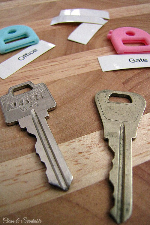 This is such a cute way to organize your keys! // cleanandscentsible.com
