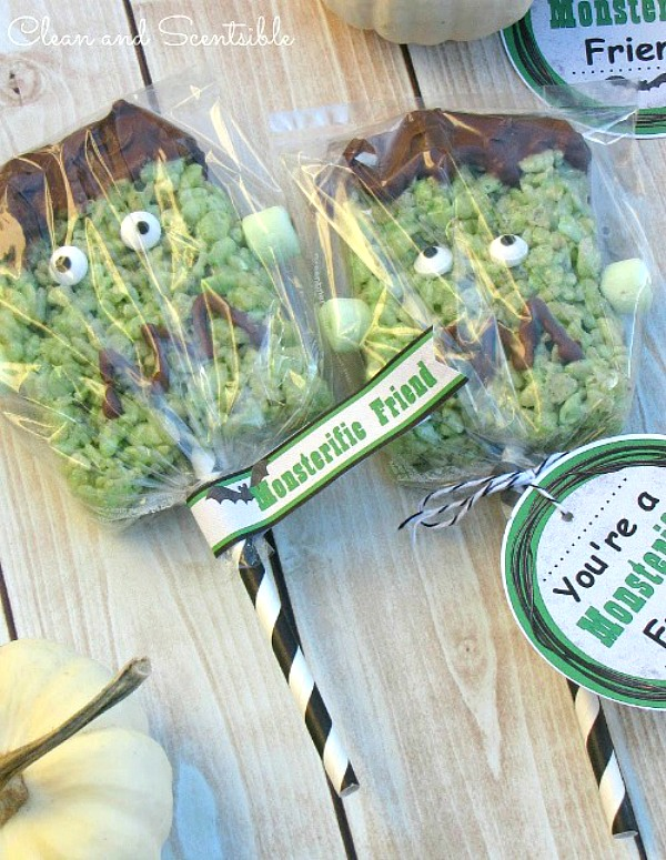 Fun Frankenstein Rice Krispie treat pops with free printable labels.  Packaged up in celophane for a cute Halloween gift!