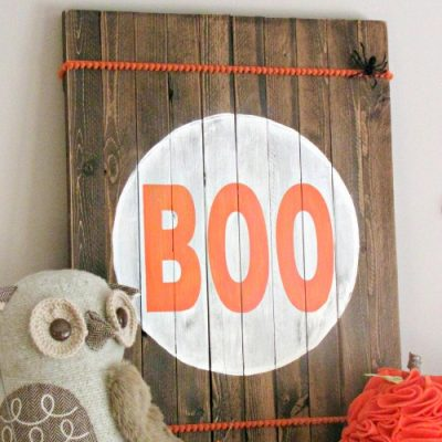 Rustic Hallowen Sign. Simple wooden Halloween sign made from garden stakes. Simple Boo sign.