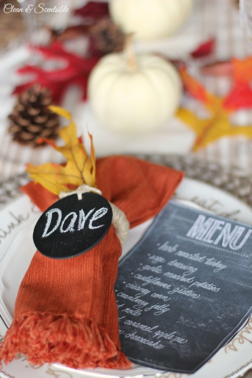 Easy Thanksgiving place setting ideas and free printable chalkboard menu. // cleanandscentsible.com