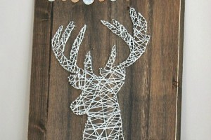 This reindeer string art is the perfect addition to your rustic Christmas decor. // cleanandscentsible.com