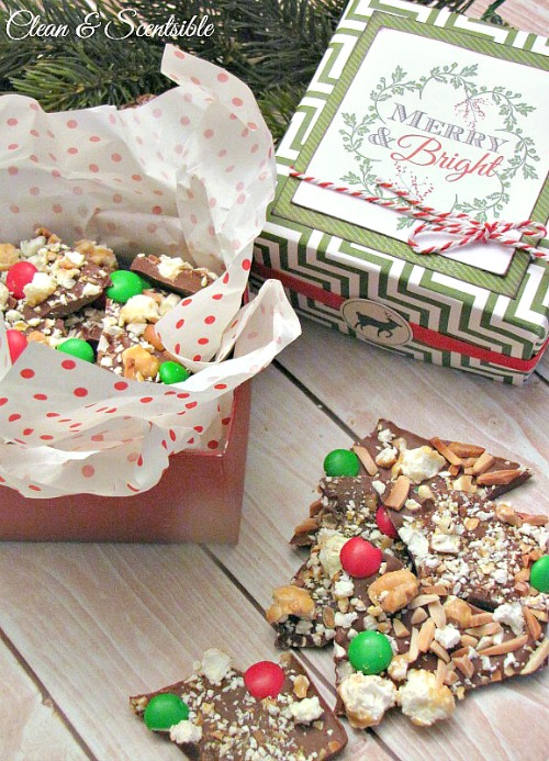 DIY Christmas Treat Box.  This is a fun way to package of Christmas gifts or baked goods and only requires 2 sheets of scrapbook paper!