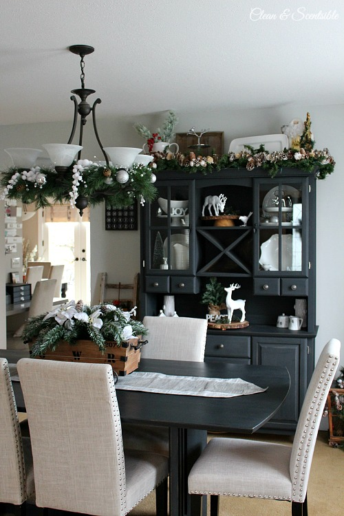 Christmas dining room clean and scentsible for Dining room hutch decorating ideas