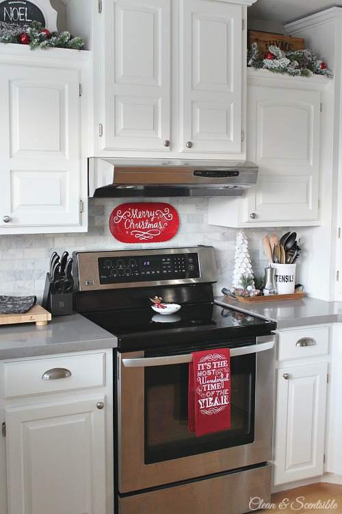 Beautiful Christmas kitchen ideas. // cleanandscentsible.com