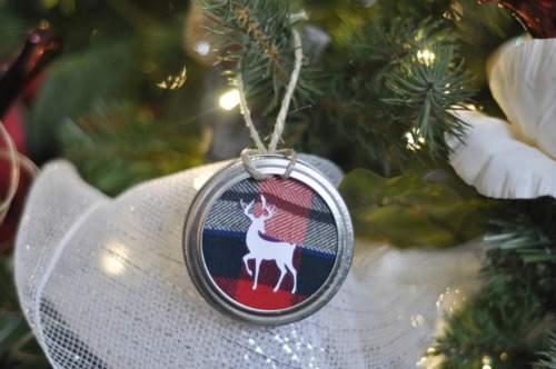 Mason jar lid ornaments! So cute and only a few supplies needed!