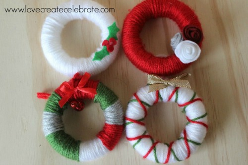 Simple yarn wreath party favors to use as ornaments.  These would also be cute as present toppers!