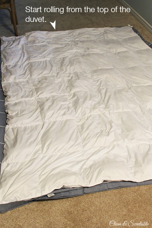 Learn the easiest way to put on a duvet cover. You have to try this!! // cleanandscentsible.com