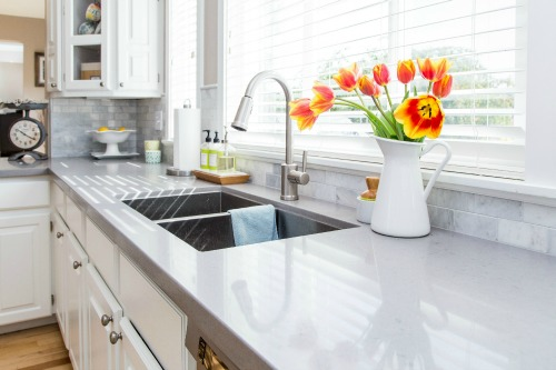 Speed clean your kitchen in 20 minutes or less with these easy tips and tricks and free printable checklist. // cleanandscentsible.com