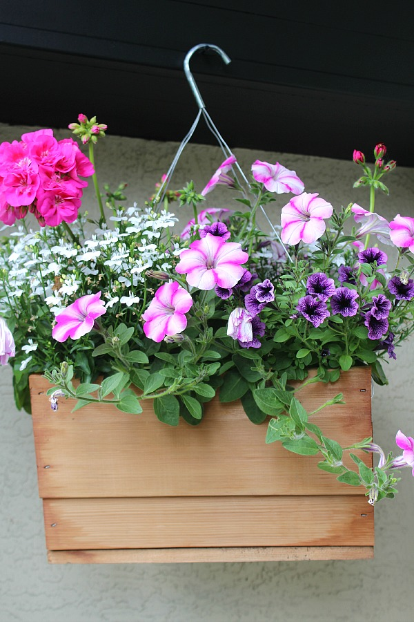 Beautiful front porch decorating ideas! // cleanandscentsible.com