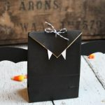 Cute and simple bat Halloween treat bags. Perfect for Halloween parties!