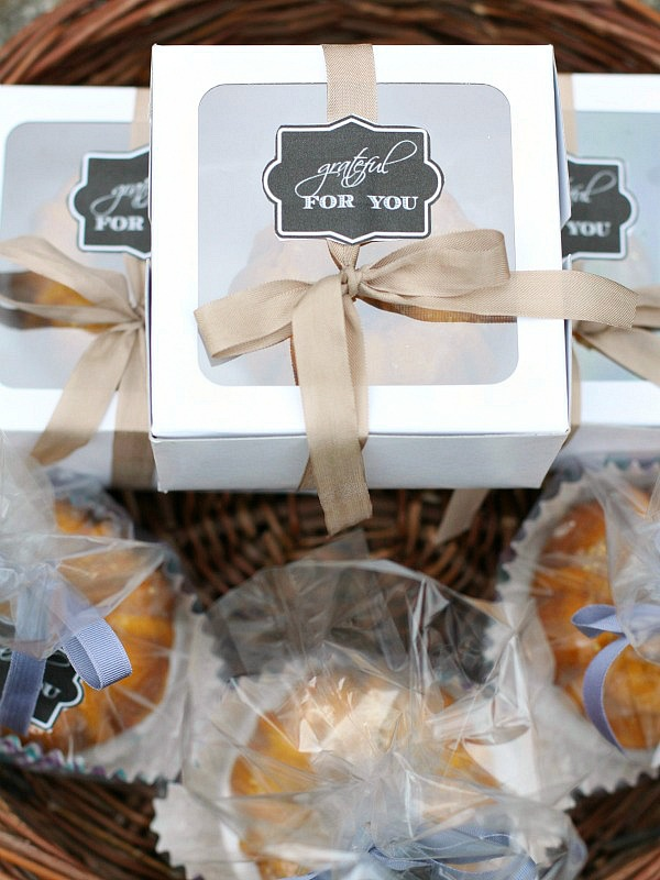 Free chalkboard gift tag and delicious recipe for mini pecan-pumpkin bundt cakes. These are so cute for fall hostess gifts or Thanksgiving favors!