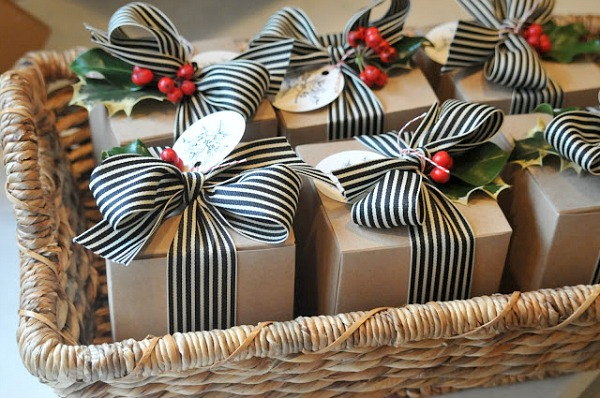 simple and beautiful ways to dress up your christmas gifts love these gift wrapping ideas