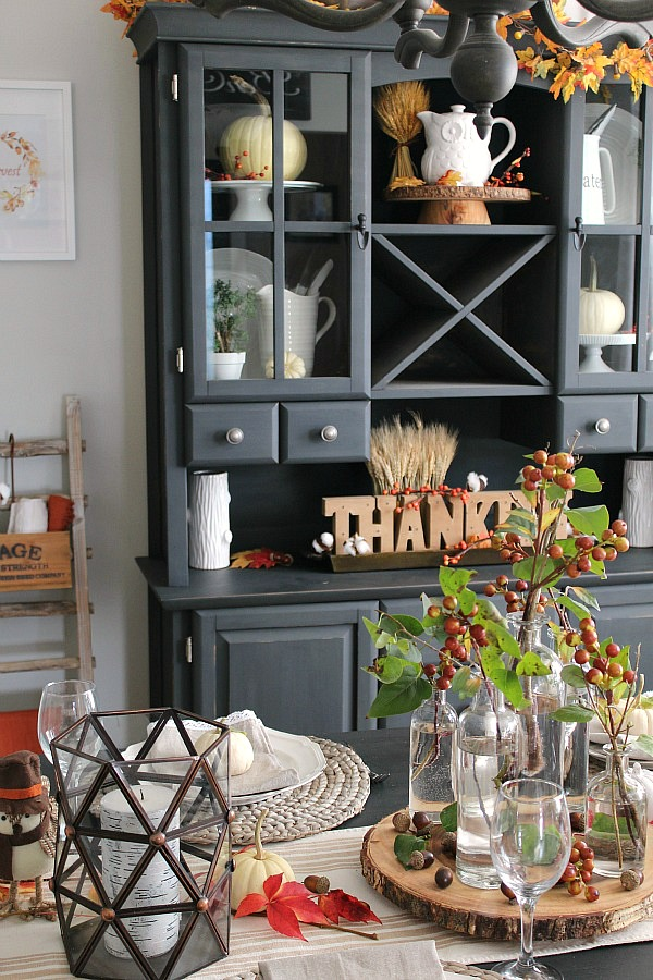 Beautiful Thanksgiving tablescape ideas. Very simple with lots of natural elements.