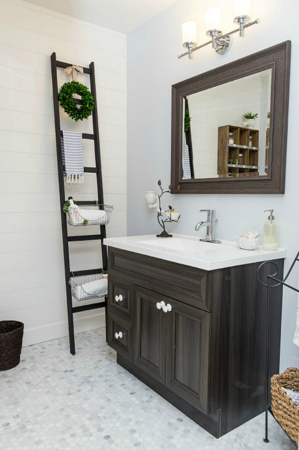 Planked bathroom wall with DIY storage ladder. Love this farmhouse style feel!