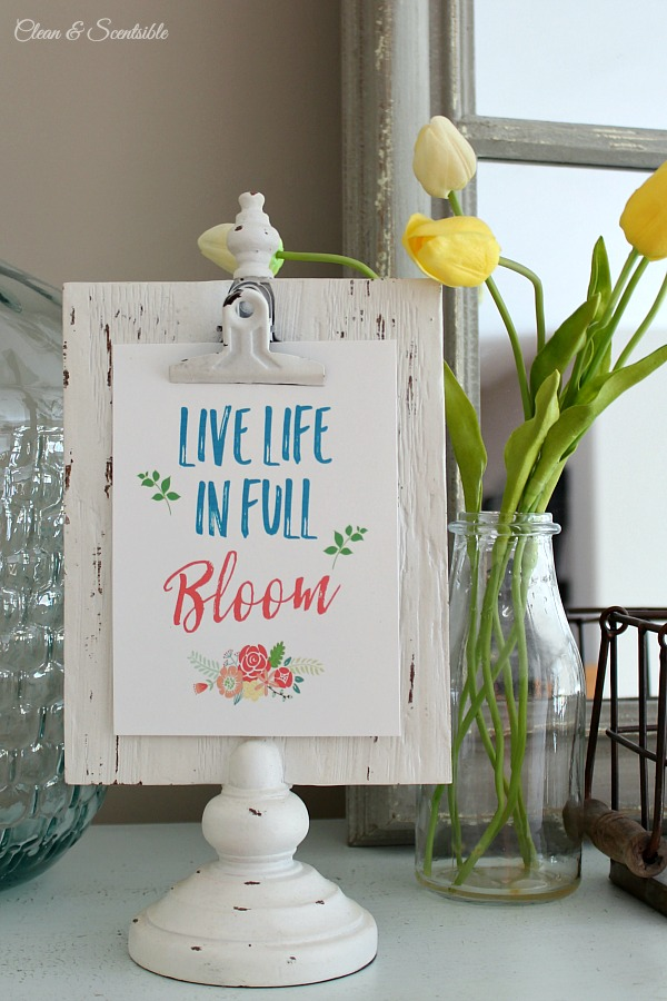 Beautiful spring vignette and cute free spring printable. This would work for summer decorating too!