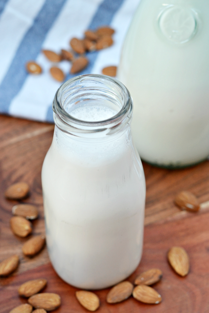 Homemade almo0nd milk - a tasty and healthy alternative to dairy and easy to make!