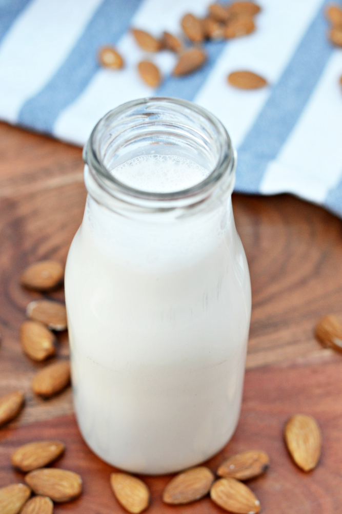 Homemade almond milk - a tasty and healthy alternative to dairy and easy to make!