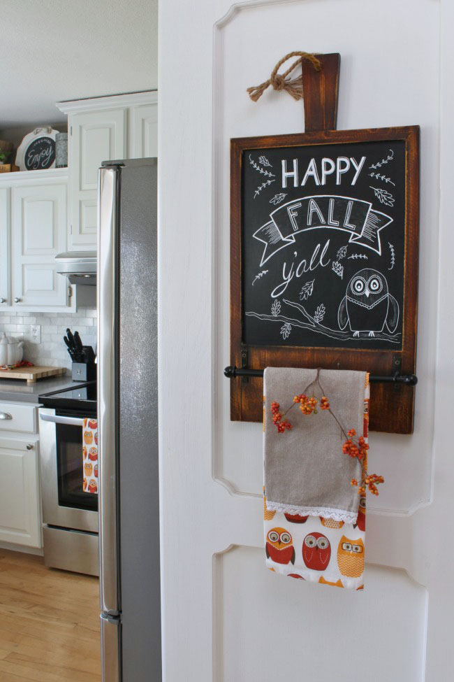 Cozy fall home tour with traditional fall colors and a farmhouse style touch. Beautiful ideas for fall decorating in the kitchen.