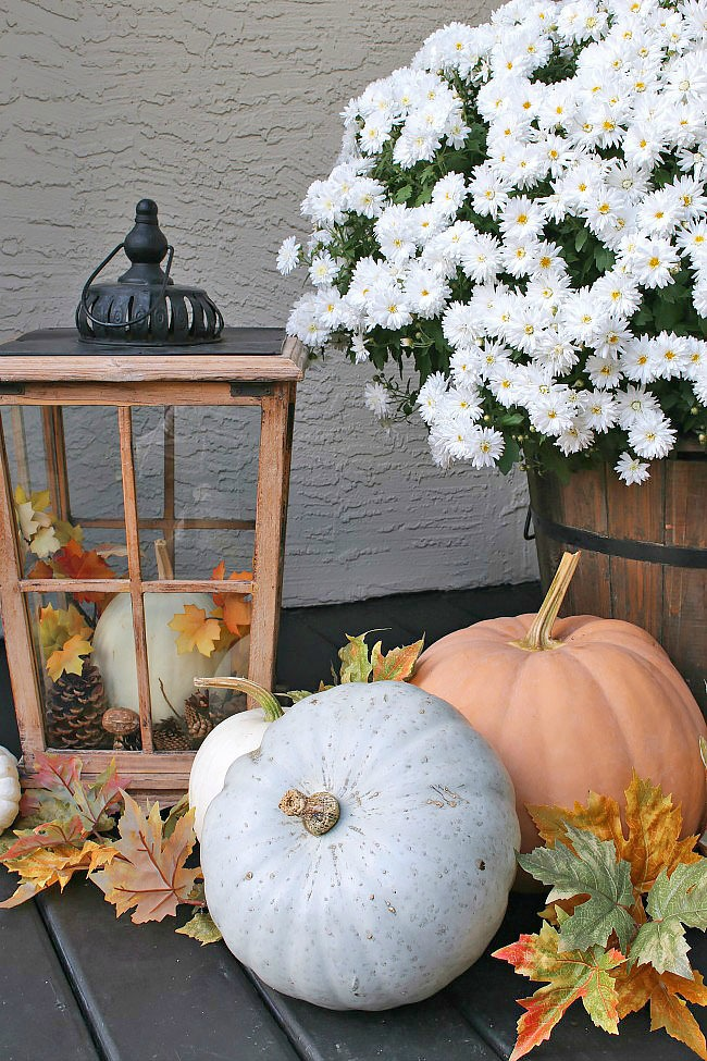 Beautiful fall porch decorating ideas using natural elements. Love all of the pumpkins!