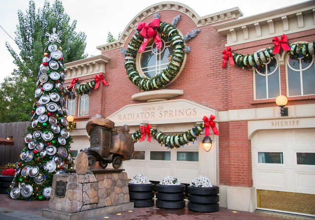 10 must do things at disneyland during christmas - Disneyland Christmas Decorations