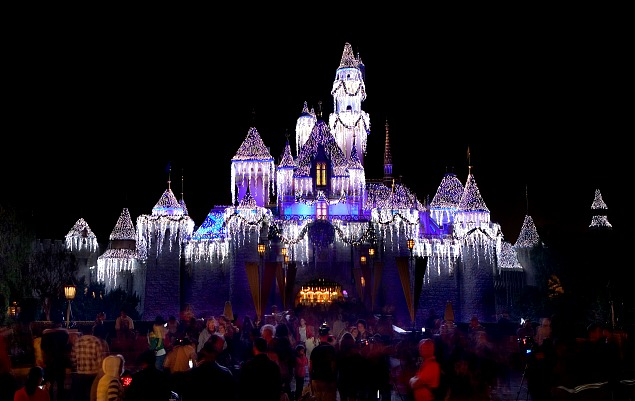 sleeping beautys castle at christmas top 10 things to do at disneyland at christmas time
