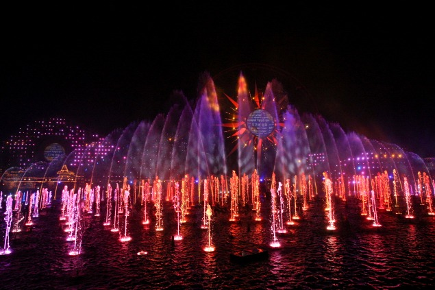 World of Color - Season of Light at Disneyland California Adventure. 10 Must See things at Disneyland over the Christmas season.