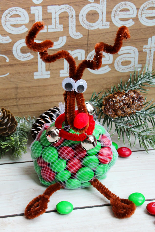 Adorable reindeer treats using M&Ms and pipe cleaners.