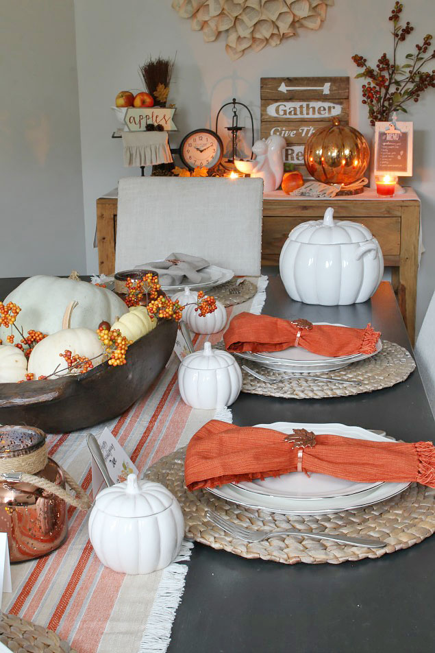 Thanksgiving Tablescape ideas and free printable Thanksgiving place cards. Such an easy way to add a personal touch to your Thanksgiving table!