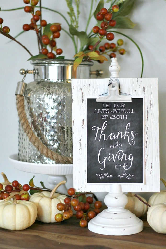 Love these Thanksgiving printables {comes in two options}. Such an easy way to add some Thanksgiving decor to your home!