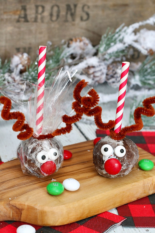 Adorable reindeer donut hole pops made from chocolate donut holes.  Can be wrapped in cellophane if making ahead of time or using them for gifts.