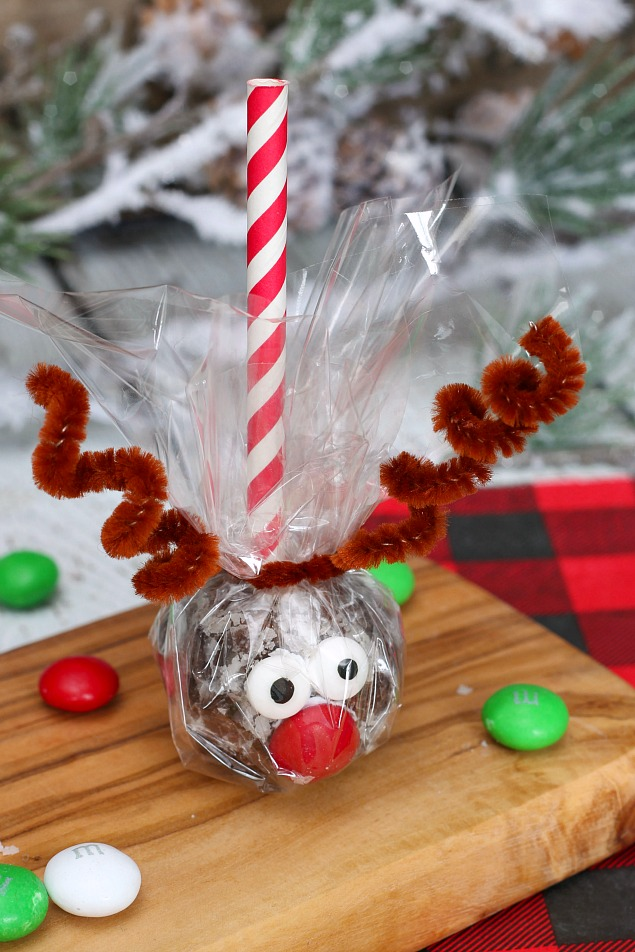 Adorable reindeer donut hole pop wrapped in cellophane for a cute Christmas treat gift idea!