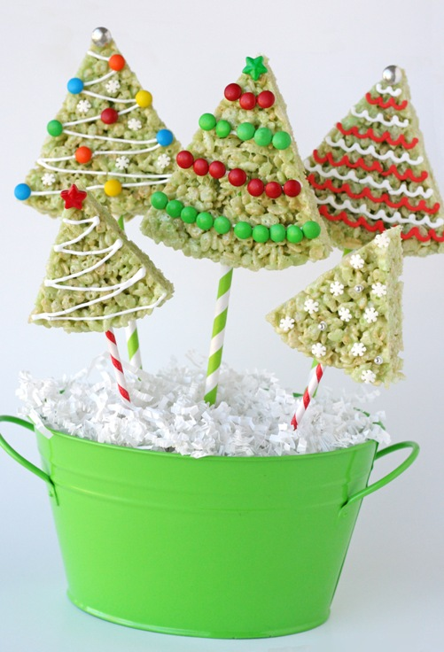 Rice Krispie Christmas tree pops.Quick, cute and easy Christmas Rice Krispie treats! Fun for class treats, Christmas parties or fun dessert ideas!