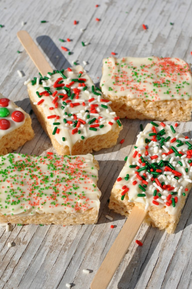 White Chocolate Rice Krispie Pops.Quick, cute and easy Christmas Rice Krispie treats! Fun for class treats, Christmas parties or fun dessert ideas!
