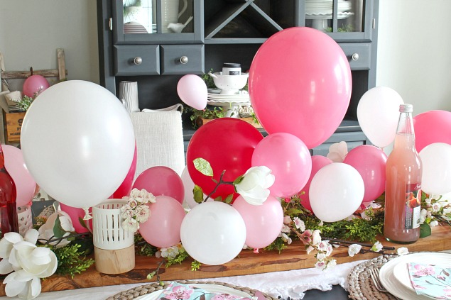 Beautiful balloon centerpiece and Mother's Day tablescape ideas.