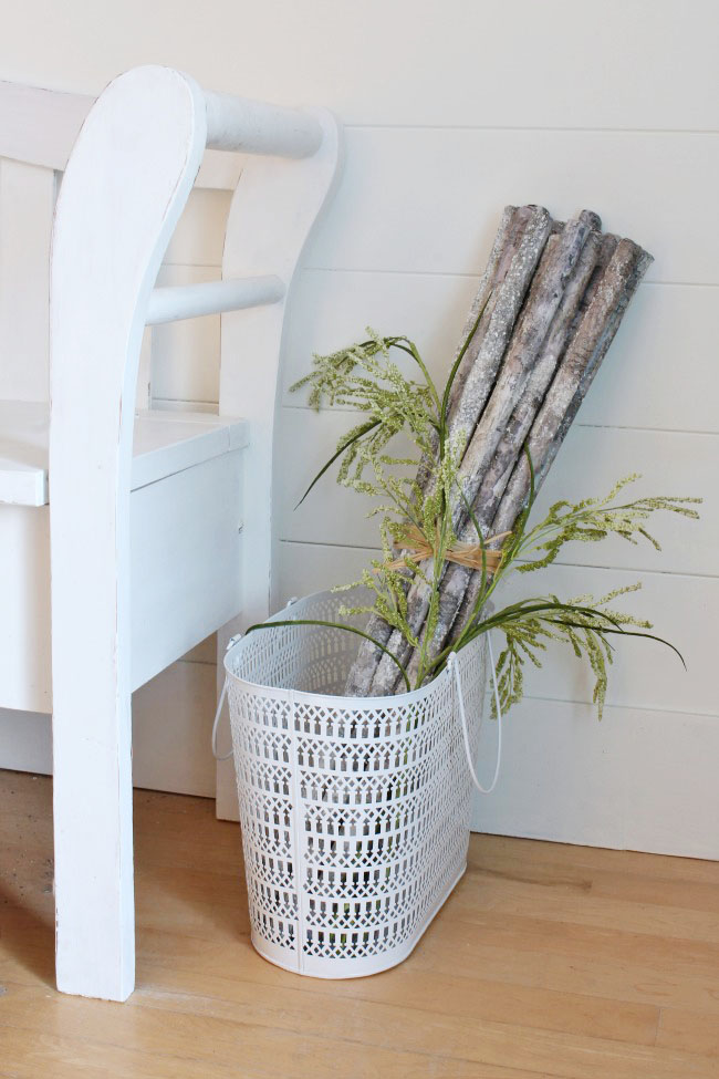 Beautiful and simple ideas to decorate your front entry way for summer. Easy summer decorating tips!